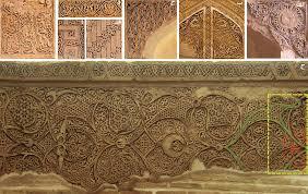 نقوش ترکیبی هندسی و گیاهی برجسته گچ بری در معماری دوره اسلامی
