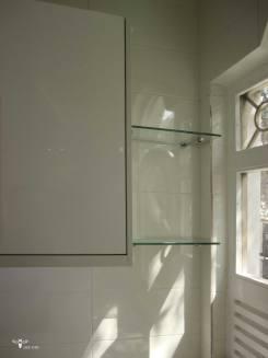 طراحی شلف شیشه ای جهت جاگذاری گلدان در کنار پنجره آشپزخانه ( استودیو معماری دیدآ )