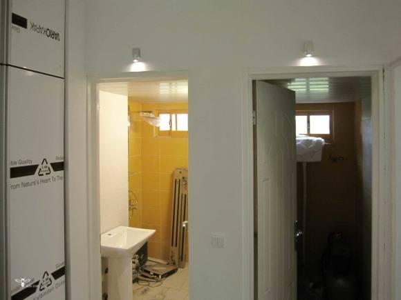 نورپردازی مدرن بالای ورودی سرویس های حمام و دستشویی - استودیو معماری دیدآ