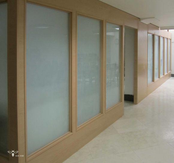 ترکیب چوب و شیشه ی مات در طراحی و ساخت پارتیشن ( استودیو معماری دیدآ )