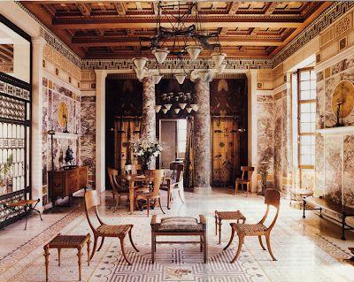 تقارن و تعادل در فضا، استفاده از مبلمان، ستونها و ترکیب بندی رنگهای کلاسیک یونانی