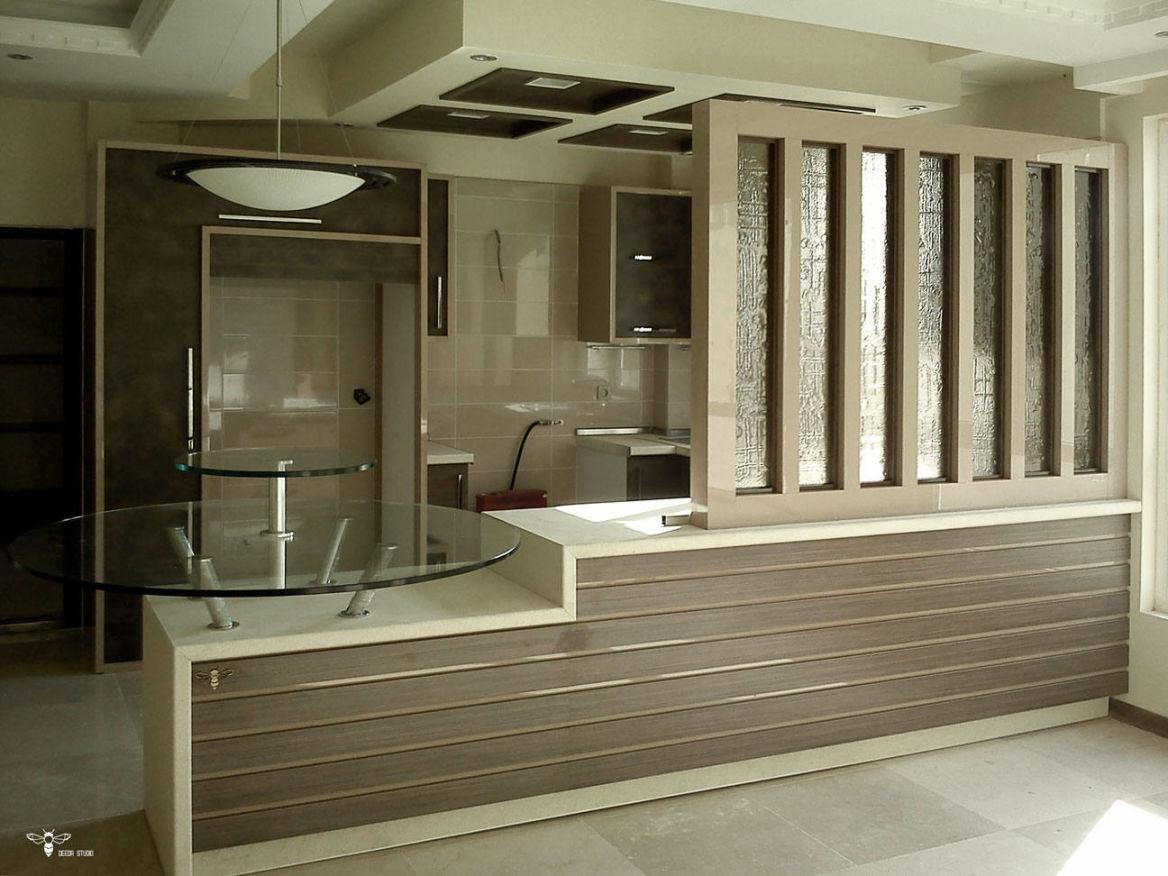 نمایی از شیشه های فیوزینگ گلس برنزی و میز ناهارخوری دو طبقه ی آن ( استودیو معماری دیدآ )