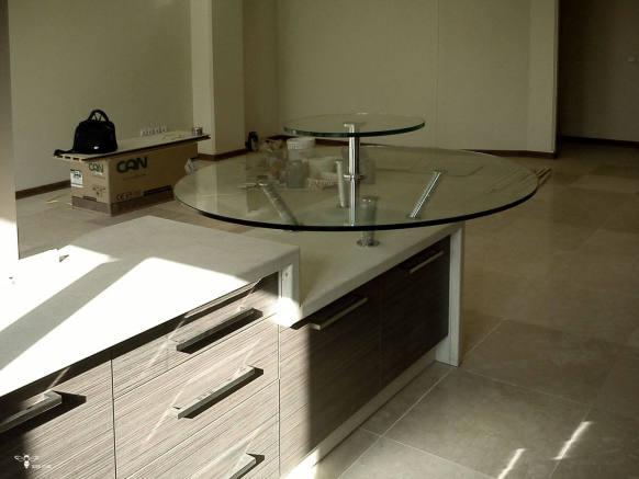 میز صبحانه خوری گرد دو طبقه در طراحی کابینت آشپزخانه ( استودیو معماری دیدآ )